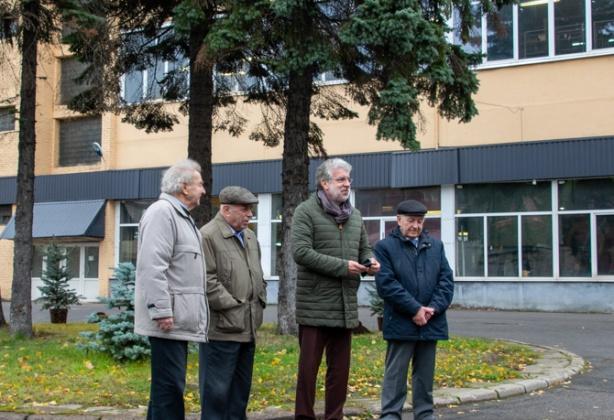 Ветераны АО «Равенство» посадили деревья во дворе предприятия